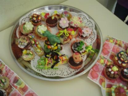 """Knallbunte Muffins. zuckersüße Kekse und gruselige Kunstwerke waren das Ergebnis des Clubtreffens """"Die Glücksbäckerei"""" am letzten Donnerstag."""